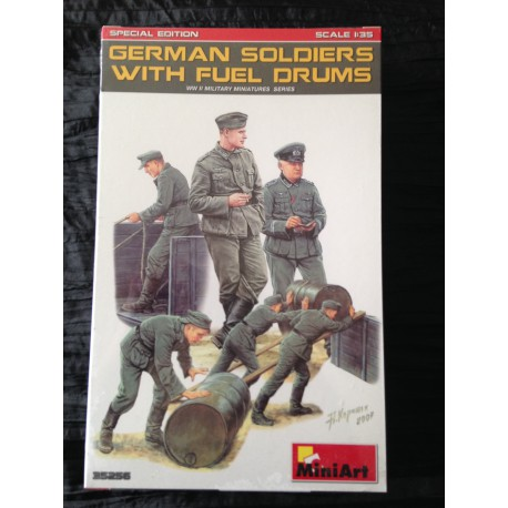 MAQUETTE FIGURINE MINI ART - GERMAN SOLDIER WITH FUEL DRUMS - SCALE 1/35 - REF 35256